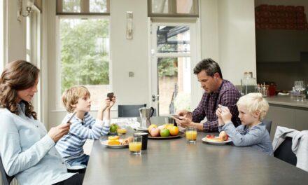 Télé à table avec des jeunes enfants ? Une pratique à cesser de toute urgence !